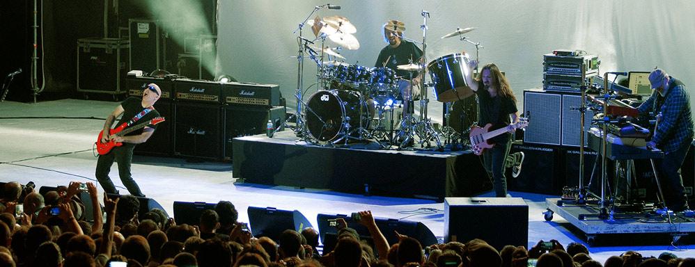 Joe Satriani astonishes
